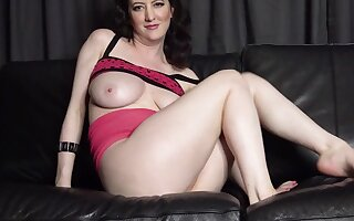 Sexy MILF with plump body bangs herself with fingers at bottom the sofa