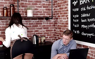 Brunette waitress gets laid with lucky client